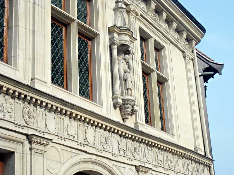 Side view of the statue of De La Salle by Louis Lejeune (1884-1969) on the facade of the Hotel de la Cloche.