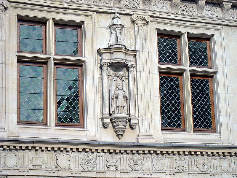 Front view of the statue of De La Salle by Louis Lejeune (1884-1969) on the facade of the Hotel de la Cloche.
