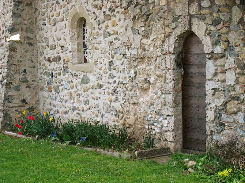 A side entrance near the chapel of the Parmenie retreat center.