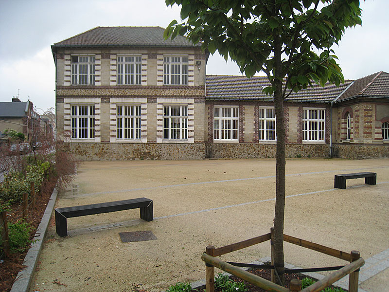 Small park surrounding the statue of De La Salle at the Place St. Clement in Rouen, at the corner of the former St. Yon property.